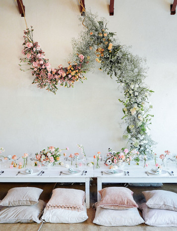 https://greenweddingshoes.com/diy-foam-free-floral-installation/